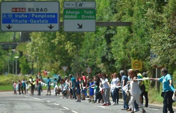 100,000 Basques create 125-mile 'human chain' for self-determination
